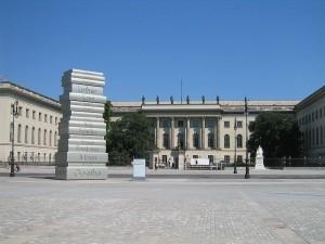"""Humboldt-Universität Berlin & Bebelplatz mit Skulptur """"Der moderne Buchdruck"""" (Wikipedia)"""